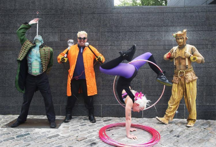 image of street performers